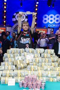Joe McKeehen med pengene og armbåndet etter å ha vunnet WSOP Main Event 2015. Foto, Jayne Furman/WSOP